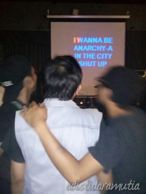 DKB selalu ditutup dengan karaoke terbuka bersama-sama. Si Punk Rock langsung maju nyanyi Anarchy In The UK-Sex Pistols