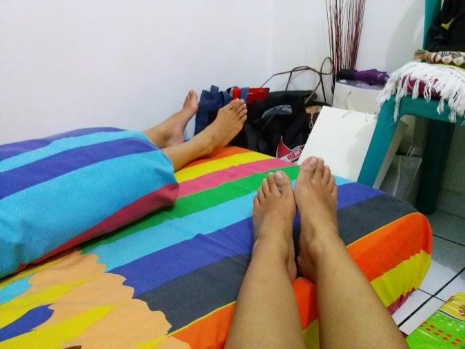 Kaki Faya langsing, kaki gw (selalu) bengkak (kayak orang kelamaan pake high heels)