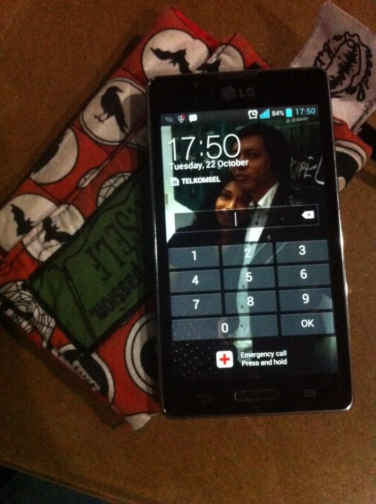 Handphone gw lengkap dengan sarungnya dari Needle n Bitch