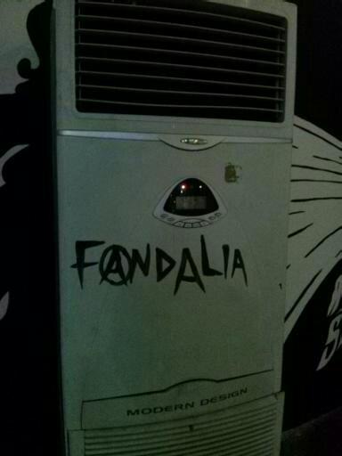 """Kalau ini AC portable di dekat muralnya Amenk yang dicoret """"Fandalia"""". Kayaknya itu plesentan dari 'vandalism' dan AC 'eolia'. :-D"""