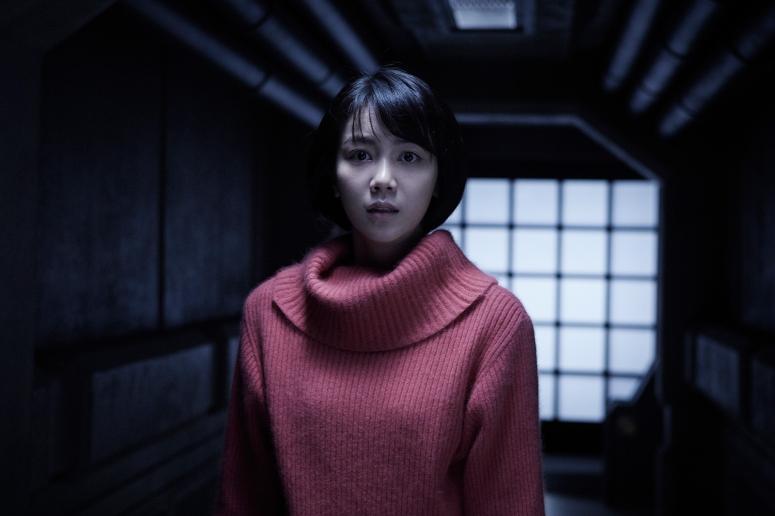 Young-Eun bingung harus berbuat apa untuk menyelamatkan teman-temannya