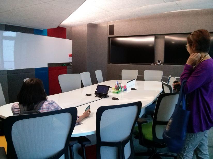 Ini salah satu ruang meetingnya. Nggak ada alasan nggak bisa hadir di meeting. Soalnya bisa langsung Google Hangout.