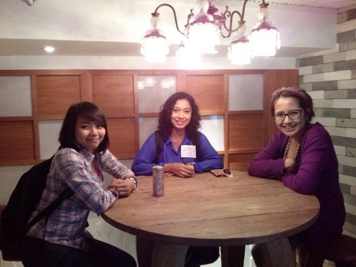 Selva, gw, dan Icha mencoba salah satu cubicle meetingnya.