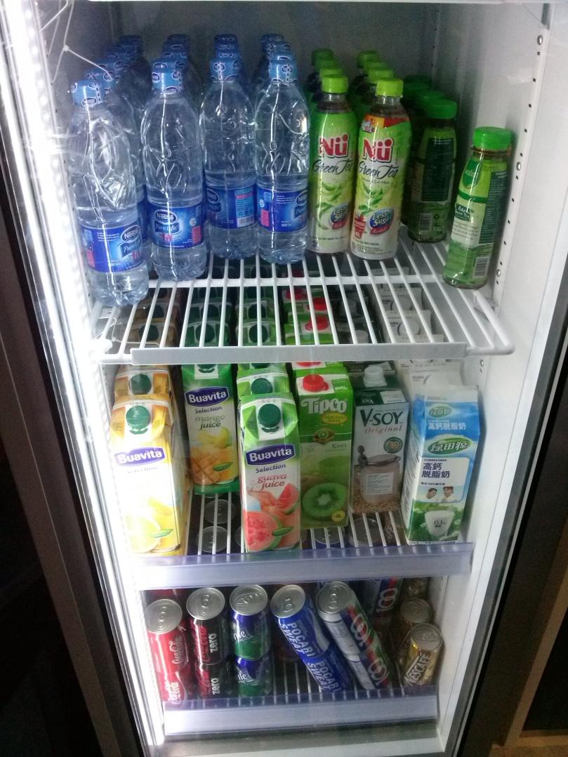 Ini isi kulkas pantry Google Indonesia. Ktanya sih setiap hari varian isinya selalu begini. O iya, mereka juga ada satu kulkas seperti ini lagi di ruangan meeting. Semuanya self service.