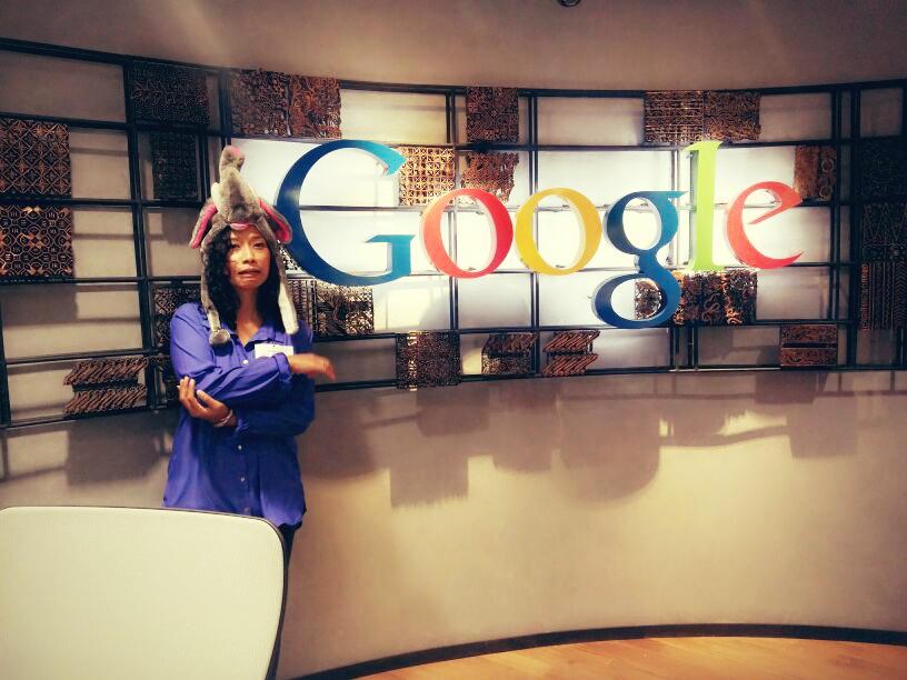 Sebelum pulang, kami disuruh foto di depan logo kantor Google Indonesia.  Sialnya siku gw kepentok pas mau difoto. Alhasil pose dan mimik inilah yang kejepret -__-!