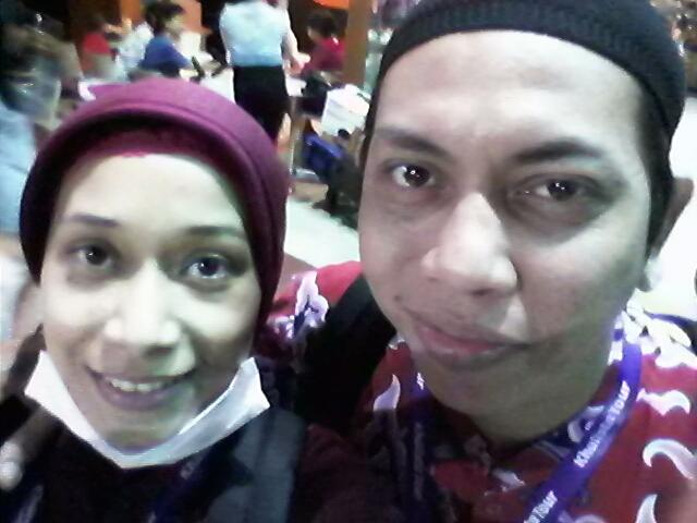Ini gw dan Si Punk Rock waktu di bandara Soekarno-Hatta pas hari keberangkatan.  Kami berangkat umroh pada tanggal 13 Februari malam, naik Kuwait Airways. Baju merah batik yang kami pakai itu seragam dari turnya (keliatan nggak?)