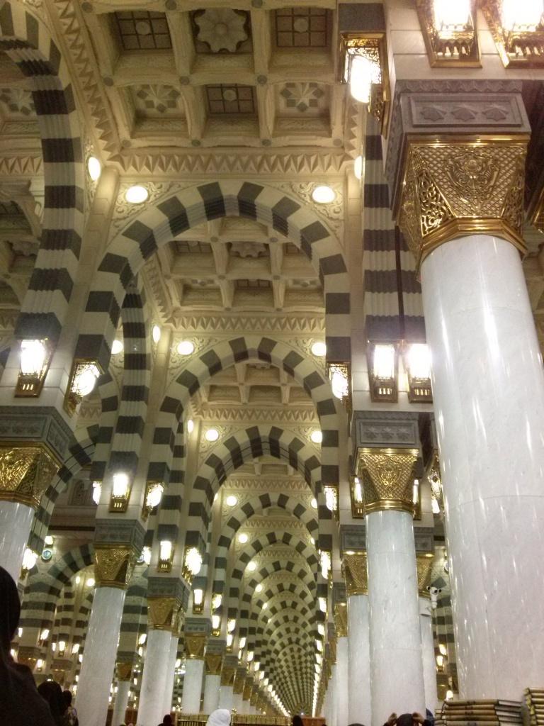 Ini interiornya Mesjid Nabawi
