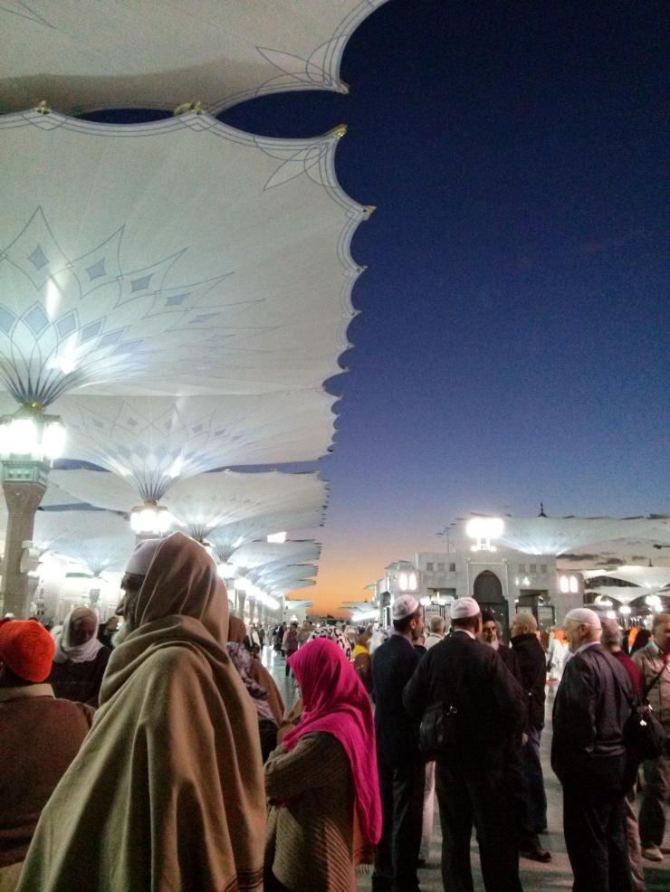 Rute umroh kami adalah ke Madinah, Arab Saudi baru ke Mekah. Di Madinah kami menginap sekitar empat hari.  Madinah itu ternyata dingin. Kotanya rapi dan bersih.  Hotel tempat kami menginap cukup dekat sama Mesjid Nabawi. Ini pemandangan halaman Mesjid Nabawi pas subuh.