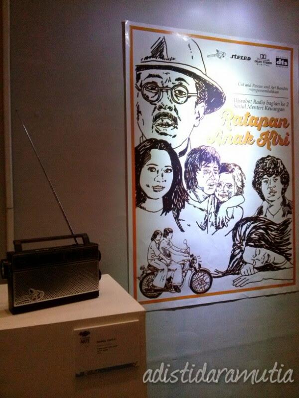 Ini karya Angga Cipta, judulnya Ratapan Anak Tiri.  Radio itu memutar audio penggalan film drama Ratapan Anak Tiri. Kalau didengarkan secara khusyu, akan terasa aura dramatisnya... (halah, apaan sih?) Eeeeh beneran ini!