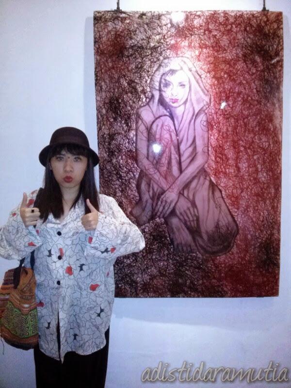 Ini Monica Hapsari yang gw suruh foto bersama karyanya. Ia melukis, lalu dililitkan dengan banyak benang, lalu ia bekukan pakai resin. Gw baru tahu resin itu apa setelah nanya sama Monic, hehehe