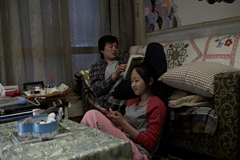 Ini Sang-Hyeon dan putrinya di masa mereka masih bahagia hidup berdua. (Dok. Jive!)