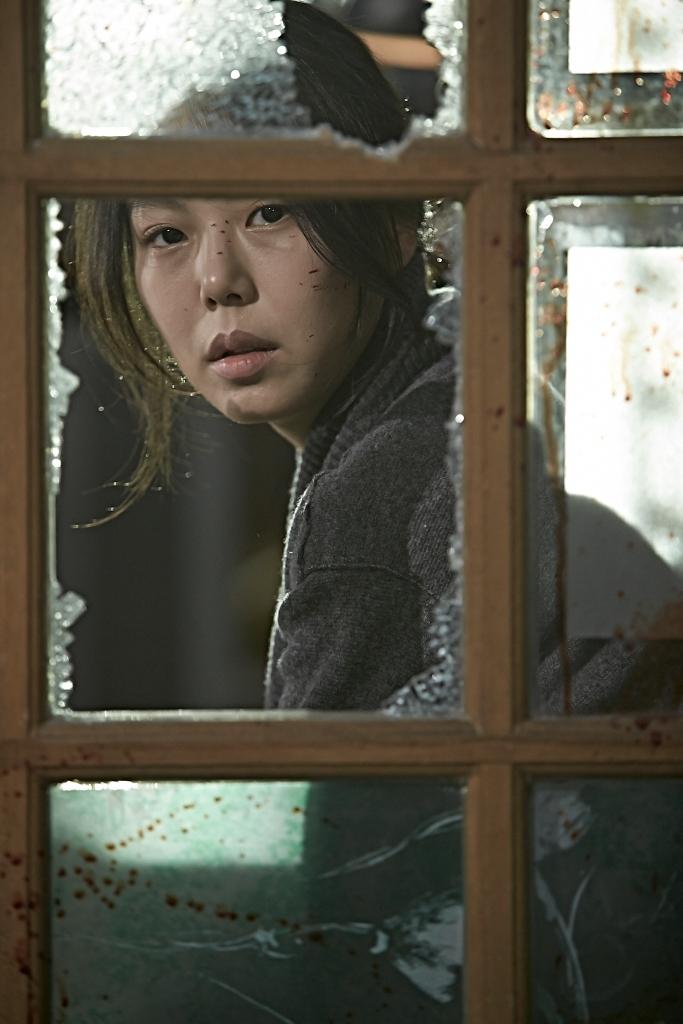 Mo-Gyeong berusaha bersembunyi saat banyak orang berusaha membunuhnya. (Dok. Jive!)