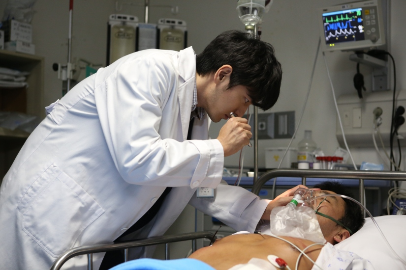 Ini dokter Lee Tae-Joon saat merawat Baek-Yeo-Hoon. (Dok. Jive!)