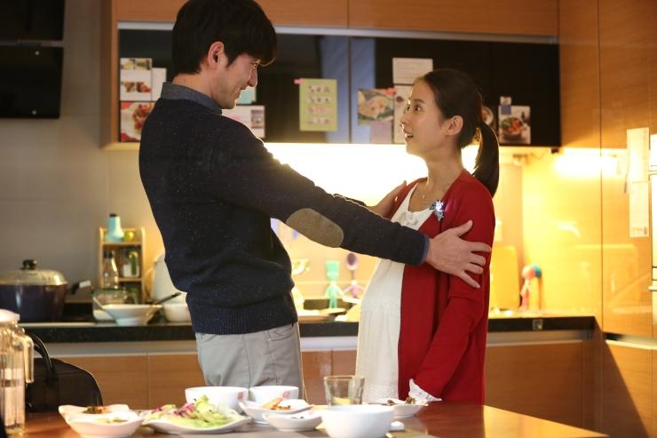 Dokter muda Lee Tae-Joon yang sedang berbahagia dengan istrinya karena sedang menunggu kelahiran bayi pertama mereka. (Dok. Jive!)
