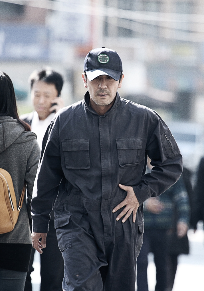 Ini Baek Yeo-Hoon yang sudah terbangun dang langsung melarikan diri dari rumah sakit. (Dok. Jive!)