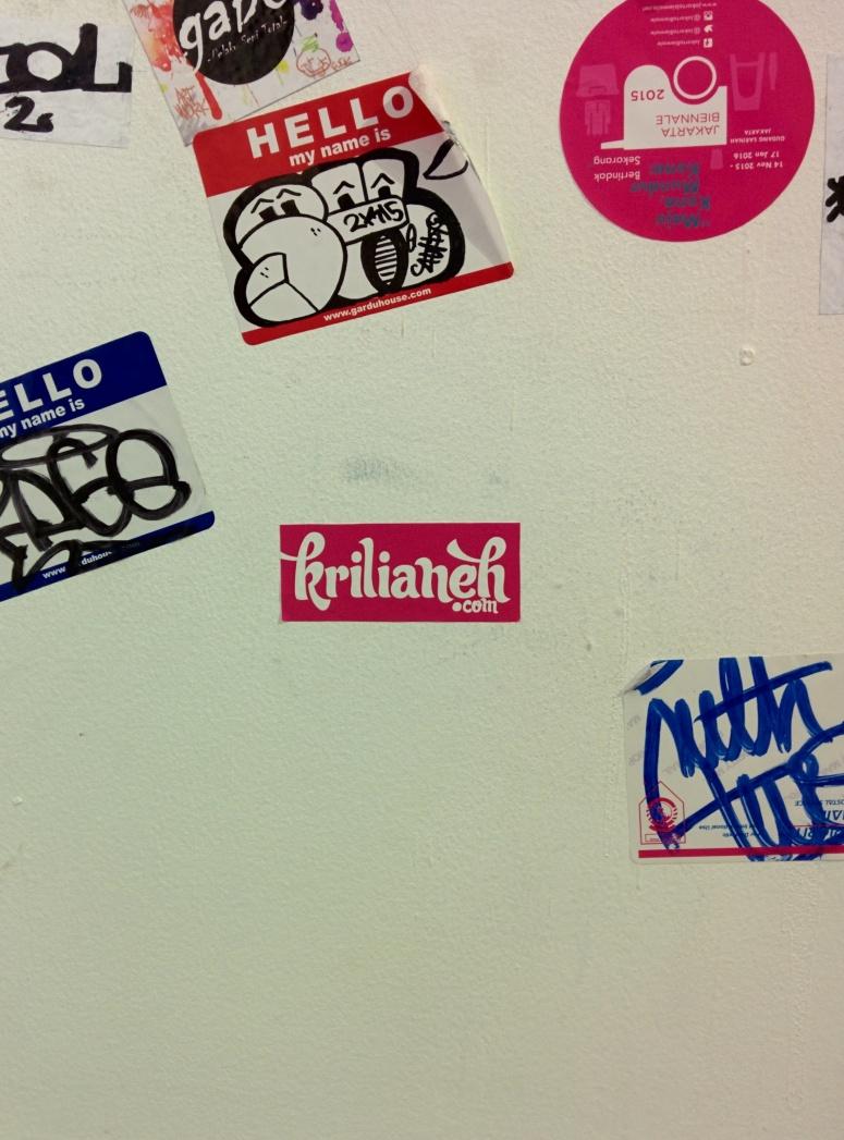 Setelah di-zoom, oooh ternyata ada stiker Krilianeh.com juga di dinding ini? Siapa yang menaruhnya ya? Pantesan foto tadi begitu memikat.