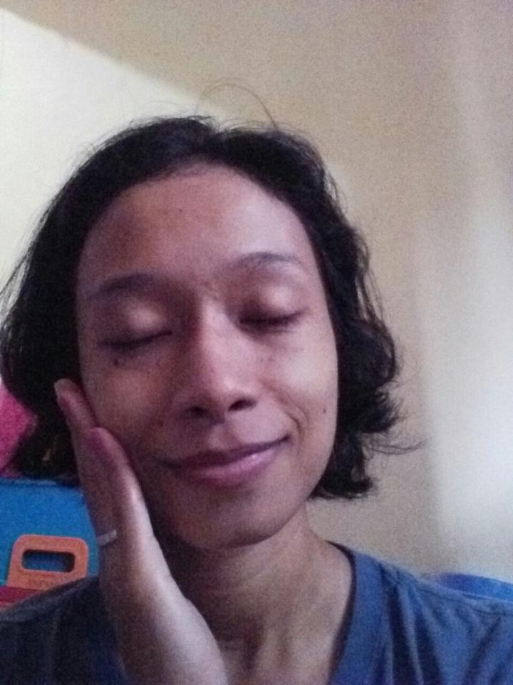 Setelah pemakaian, tadaaaa! Semburat kelelahan di muka gw lumayan terhapus dan ada rona wajah cerah pink. Sepertinya itu efek dari ekstrak mutiaranya.