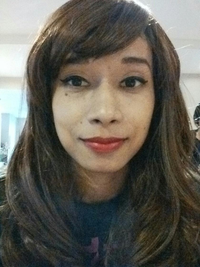 Tapi setelah wig rambut cokelat panjang ini gw pakai, hasilnya oke juga sih. Gw kayak Selena Gomez yak? Udah iyain aja napa sik!