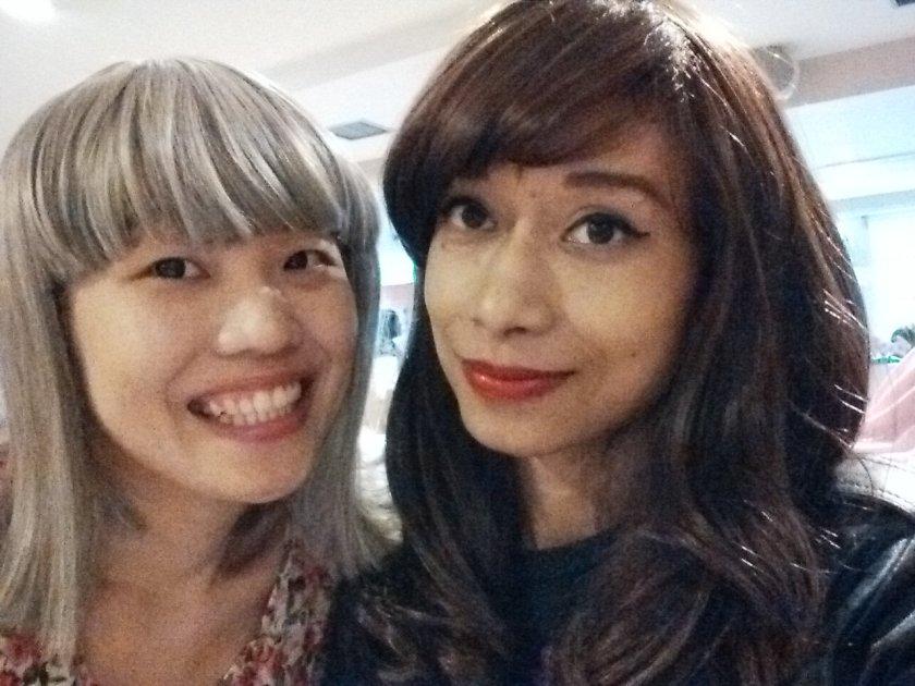 Si Uung sendiri pakai wig rambut putih. Hasilnya kayak Pay Su Chen ngajak Selena Gomez foto bareng.