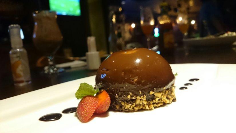 Nutella Parfait (70k IDR) Ini dessert kedua sekaligus menu terakhir yang kami pesan. Gw sih lebih suka ini daripada dessert sebelumnya. Bukan karena es krim itu nggak enak, melainkan ini menu unik yang nggak semua restoran menyajikan. Ini semacam kue semi mousse Nutella. Walaupun terlihat cokelatnya pekat banget, tapi di lidah kita rasanya ringan. Tidak terlalu manis dan nggak bikin eneg. Ini dessert yang cocok setelah makan berat. (Foto: Agam)
