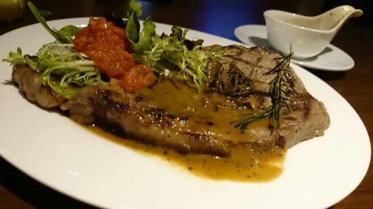 Steak & Fries (180k IDR) Gw adalah pemakan ikan. Gw jarang makan daging. Tapi begitu gw coba daging USA Prime Rib Eye ini, rasanya lebut dan enak! Porsinya juga besar. Satu meja kami kebagian makan semua. Horeee!