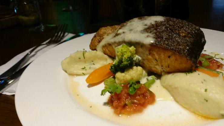Cajun Grilled Salmon (165k IDR) Steak salmon tebal ini juga enak. Kematangannya pas. Merata tapi nggak kering. (Foto: Agam)