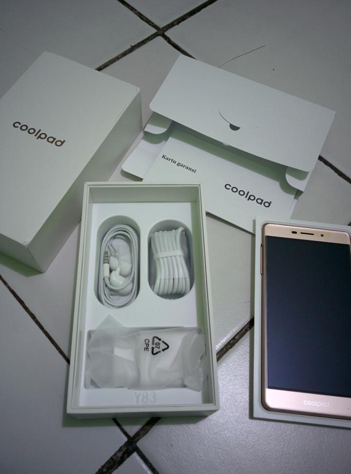 Unboxing Coolpad Sky 3 (2) Ini isinya. Serba putih dan rapi.
